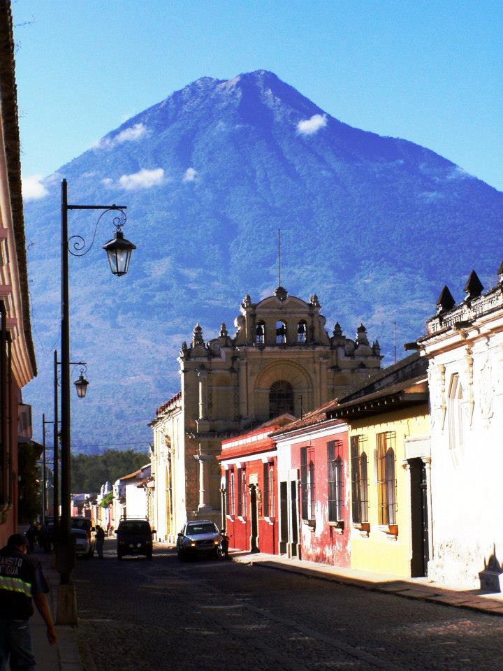 Sopka Aqua nad bývalým hlavným mestom Antigua. Sopka toto mesto niekoľko krát zničila